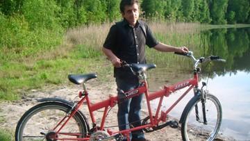 Pasją Karola jest rower. Sam nie może jeździć, bo jest niewidomy. Szuka towarzysza do tandemu