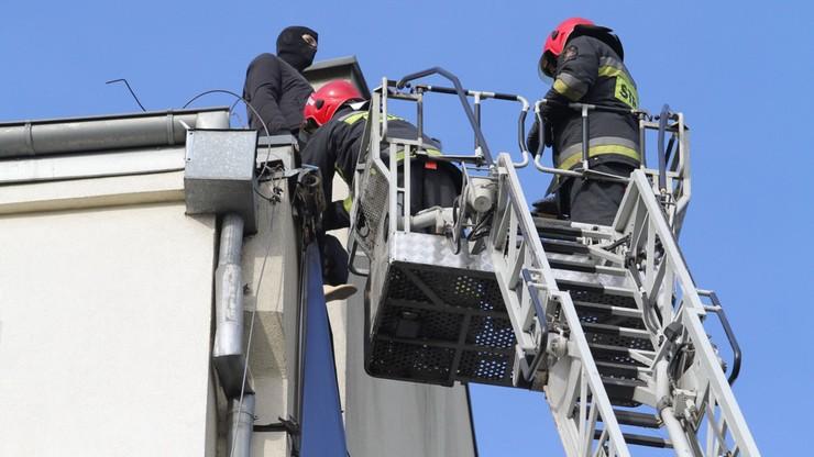 Jechali ratować samobójcę, a na dachu stał... manekin
