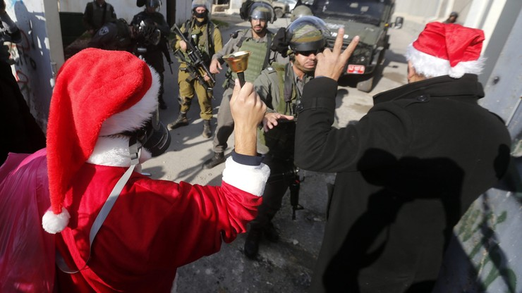 """Palestyńczycy demonstrowali w strojach Mikołajów. To przedświąteczny protest """"przeciw okupacji izraelskiej"""""""