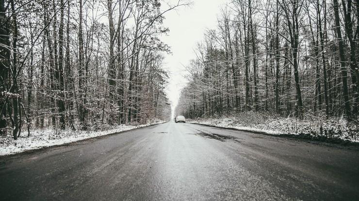 Śliska nawierzchnia i opady śniegu. Ostrzeżenie dla pięciu województw