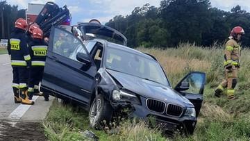 Pies wpadł pomiędzy pedały. Auto dachowało na autostradzie A4
