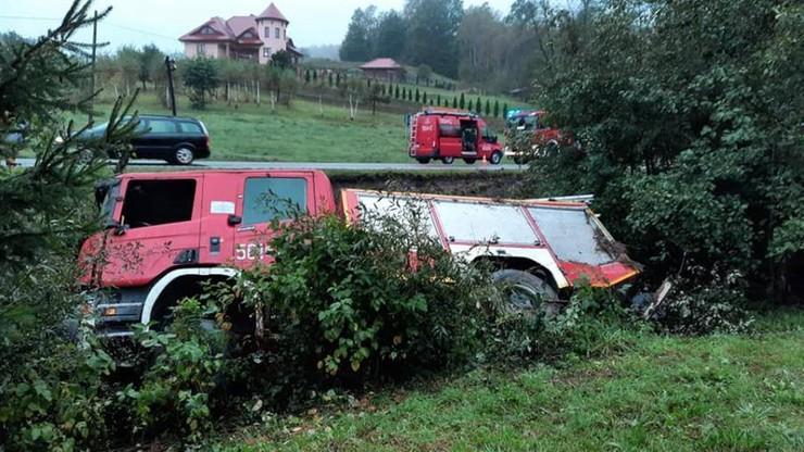 Wypadek wozu strażackiego na Podkarpaciu. Cztery osoby trafiły do szpitala
