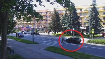 Byli na środku przejścia, gdy nadjechało rozpędzone auto [WIDEO]