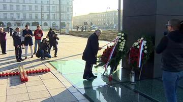 Politycy PiS złożyli kwiaty przed Pomnikiem Ofiar Tragedii Smoleńskiej