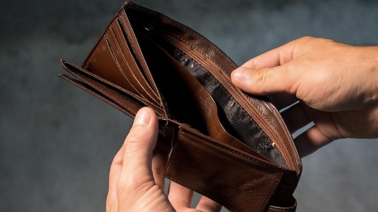 Emeryci toną w długach