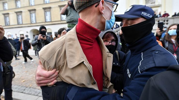 Nieoficjalnie: warszawska policja od środy pilnuje kościołów i mieszkań posłów PiS