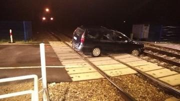 Minął zakaz i wjechał wprost na przejazd kolejowy, gdzie utknął. Pociąg stanął w ostatniej chwili