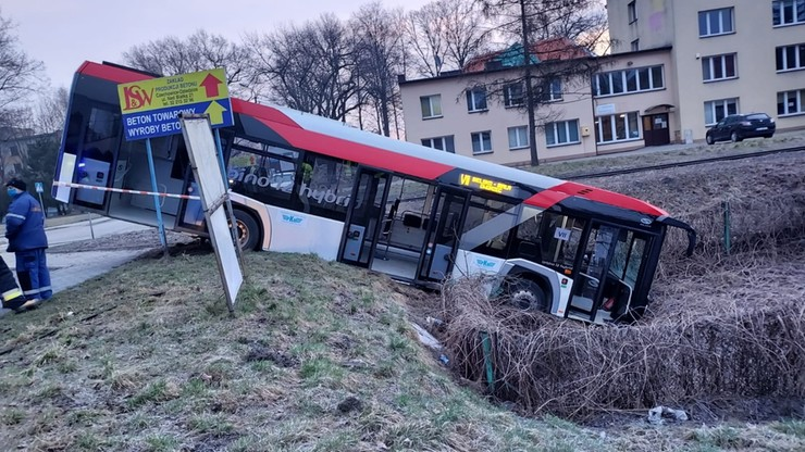 Autobus wypadł z drogi i zjechał po skarpie. Jedna osoba trafiła do szpitala