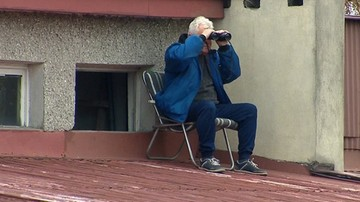 PP: Loża VIP w Niepołomicach! Kibic z lornetką na dachu!