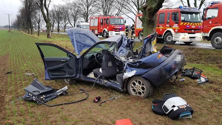 Alfa Romeo uderzyło w drzewo. Trzy osoby ranne w wypadku pod Wrocławiem