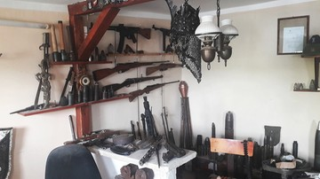 """Ogromny arsenał broni we wsi Wronie. """"Składowisko wprawiło policjantów w osłupienie"""""""