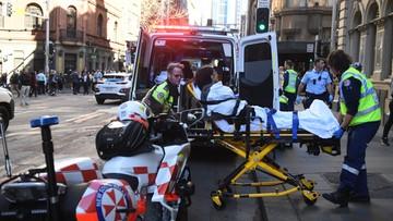 Zabił kobietę, drugą ranił nożem. Przechodnie obezwładnili go krzesłami i plastikowym pudłem [WIDEO]