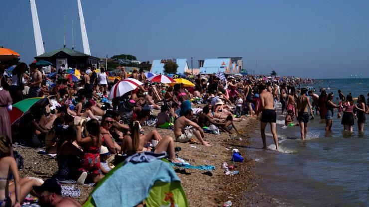 """""""Jesteśmy zamknięci, trzymajcie się z dala"""". Tłumy i tak zalały brytyjskie plaże"""