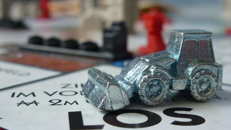 """Gigantyczna plansza do """"Monopoly"""" znaleziona pod dywanem. Ma ciekawą historię"""