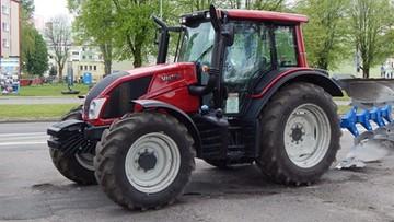 Pijany traktorzysta uciekał przed policjantami. Wjechał w pole