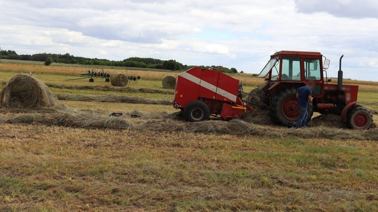 Maszyna wyrwała rękę rolnikowi. 43 -latek o własnych siłach powiadomił służby