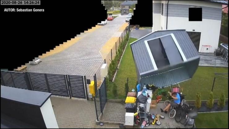 Zgierz: wiatr porwał blaszany garaż. W środku był mężczyzna