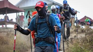 Uratowano prawie wszystkich turystów uwięzionych na wulkanie w Indonezji