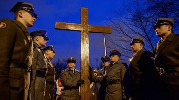 Ludzie pracy nieśli krzyż z grobu ks. Jerzego Popiełuszki