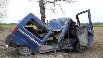 Opolskie: bus uderzył w drzewo, jedna osoba nie żyje. Kierowca był pijany
