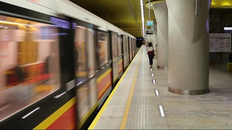 Kontroler biletów zepchnięty z peronu stacji metra