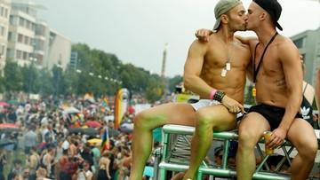 """Setki tysięcy uczestników parady równości w Berlinie. """"Czas na walkę o akceptację"""""""
