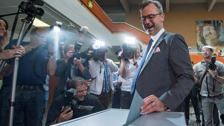 Druga tura wyborów prezydenckich w Austrii. Faworytem polityk prawicowo-populistycznej Partii Wolności