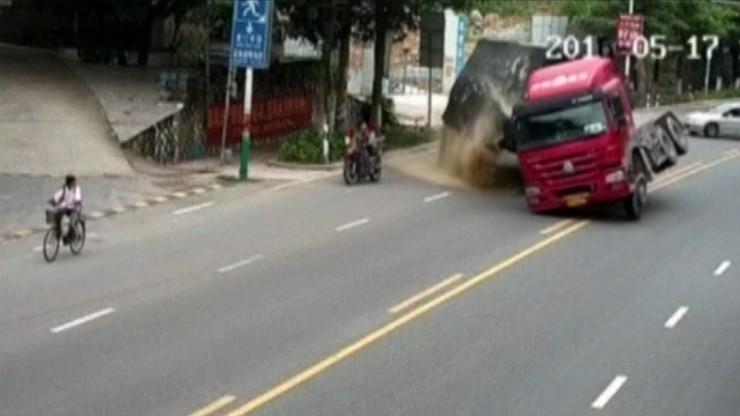 Motocyklista cudem uniknął śmierci. Ogromne szczęście kierowcy