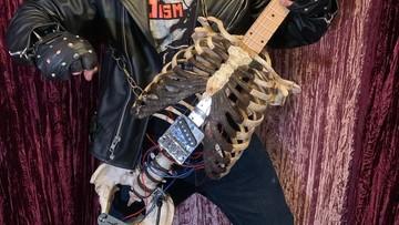 Zbudował gitarę z kości... wujka. Gra na niej black metal