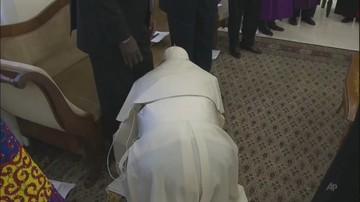 Bezprecedensowy gest papieża. Franciszek ucałował stopy przywódców Sudanu Południowego
