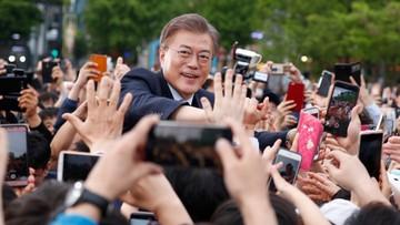 """""""Darmowe przytulanie"""". Lider sondaży w Korei Płd. podziękował za frekwencję"""
