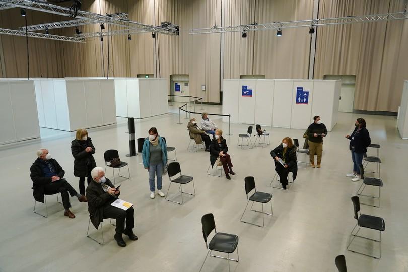 Grupa przebywająca na obserwacji po przyjęciu szczepionki Pfizer/BioNTech. Poczdam, Niemcy, 5 stycznia.