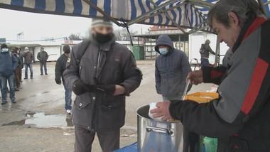 Wyszedł z alkoholizmu, teraz gotuje dla bezdomnych. Poznajcie pana Mirosława