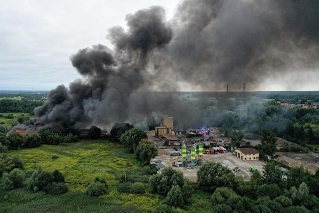 Pożar hali w Konstancinie-Jeziornie. Akcja strażaków dobiega końca