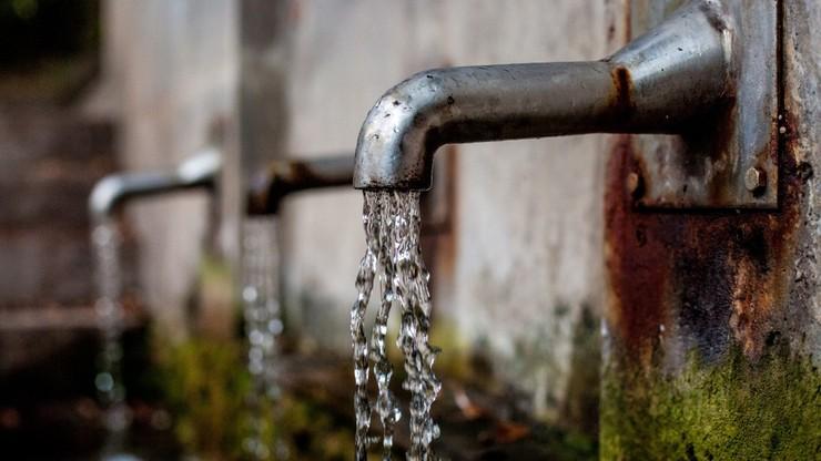 Woda skażona bakteriami kałowymi. Zamknięto szkołę na warszawskim Gocławiu