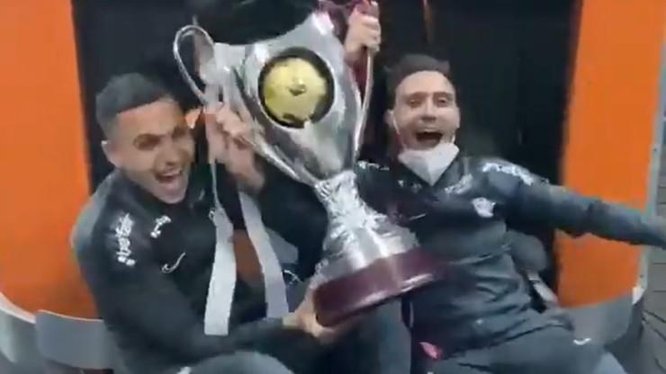 Takiego świętowania jeszcze nie było! Piłkarze Cluj dali popis na lotnisku (WIDEO)
