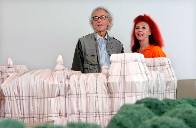 Christo i Jeanne-Claude przy modelu