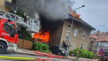 Policjanci wynieśli dzieci i psy z płonącego budynku