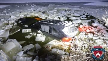 Wjechał Porsche Cayenne na zamarznięty staw. Lód nie wytrzymał