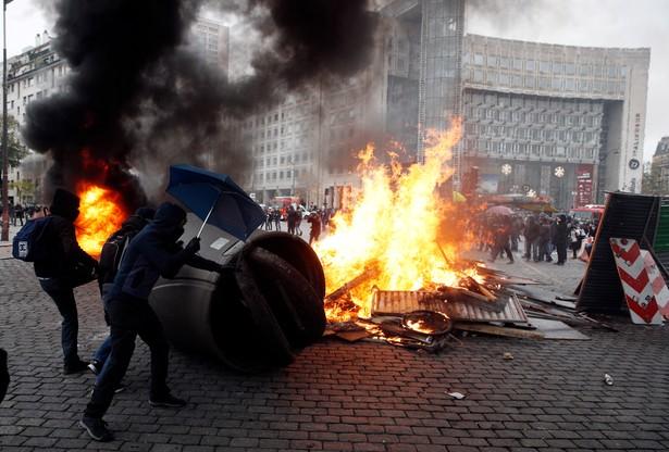Opozycja krytykuje rząd za nieudolność, a policję za brutalność