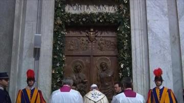 Pielgrzymi z całego świata przechodzą przez Drzwi Święte w Watykanie