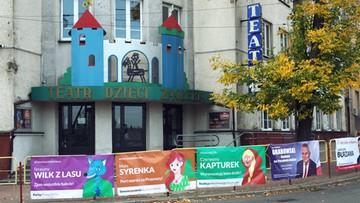 Czerwony Kapturek i Mała Syrenka kontra kandydaci PiS. Kampania wyborcza przed dziecięcym teatrem
