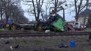 Auto wjechało pod pociąg. Rannych zabrał śmigłowiec LPR