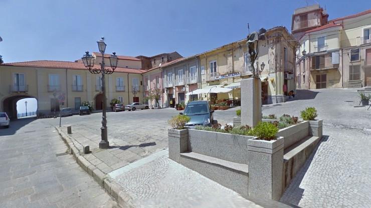 Włoskie mafijne wesele. Helikopter na placu i blokada miasteczka