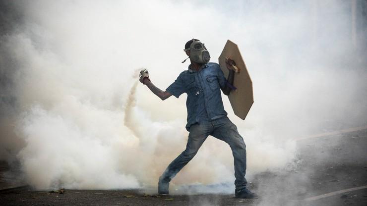 Wenezuela: wóz pancerny wjechał w demonstrantów i stanął w płomieniach