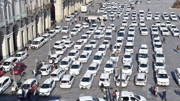 Taksówkarze protestują we Włoszech. Chcą przepisów regulujących działania Ubera