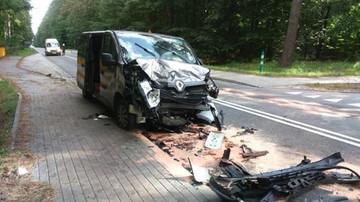 Wypadek pod Szczecinkiem. Bus wjechał w zaparkowane auto; 4 osoby ranne