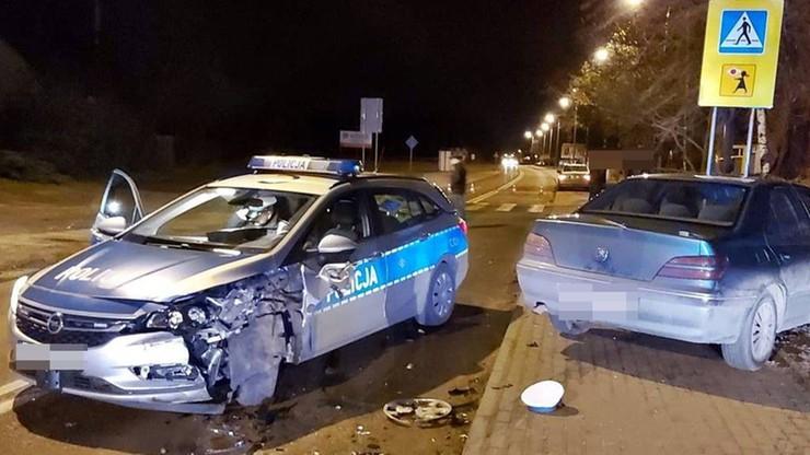 Omijał wypadek i wjechał w radiowóz. Wpadł na chodnik, potrącił policjanta