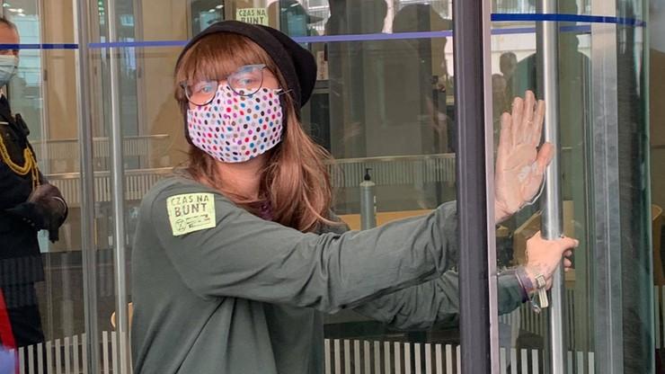 Aktywistka... przykleiła się do drzwi Kancelarii Sejmu