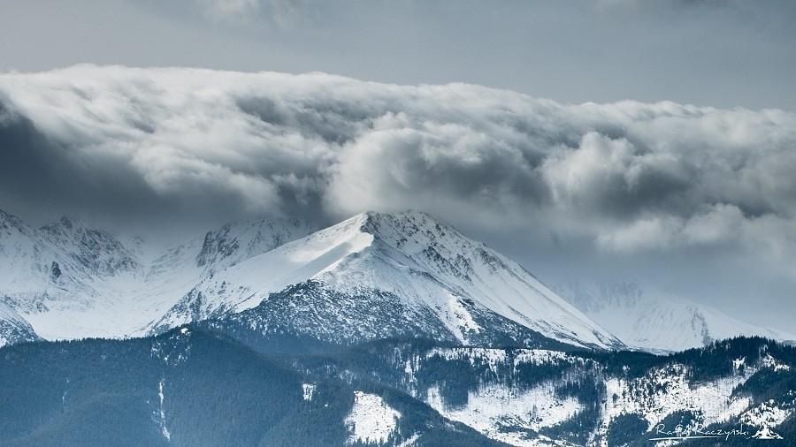 Czapeczka z chmur nad Tatrami oznacza halny. Fot. Rafał Raczyński.